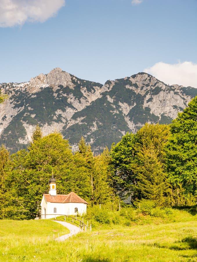 Cappella nelle alpi di Bavria immagine stock