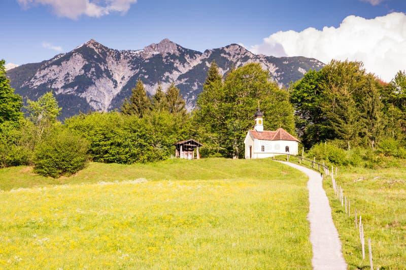 Cappella nelle alpi di Bavria fotografia stock libera da diritti