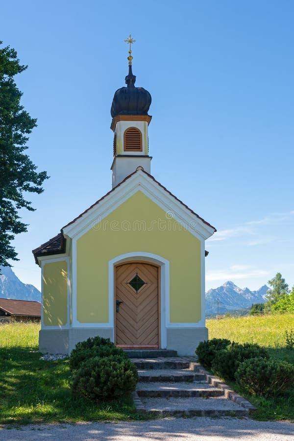 Cappella nelle alpi di Bavria immagine stock libera da diritti