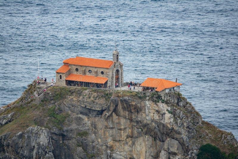 Cappella sopra l'isolotto di San Juan de Gaztelugatxe immagini stock