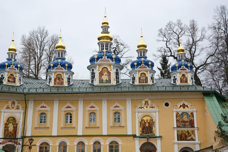 Cappelle blu della chiesa del monastero delle Pskov-caverne immagini stock