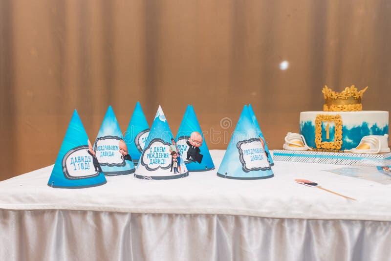 Cappelli blu di festa, torta di compleanno Concetto della festa di compleanno del ` s dei bambini fotografia stock libera da diritti