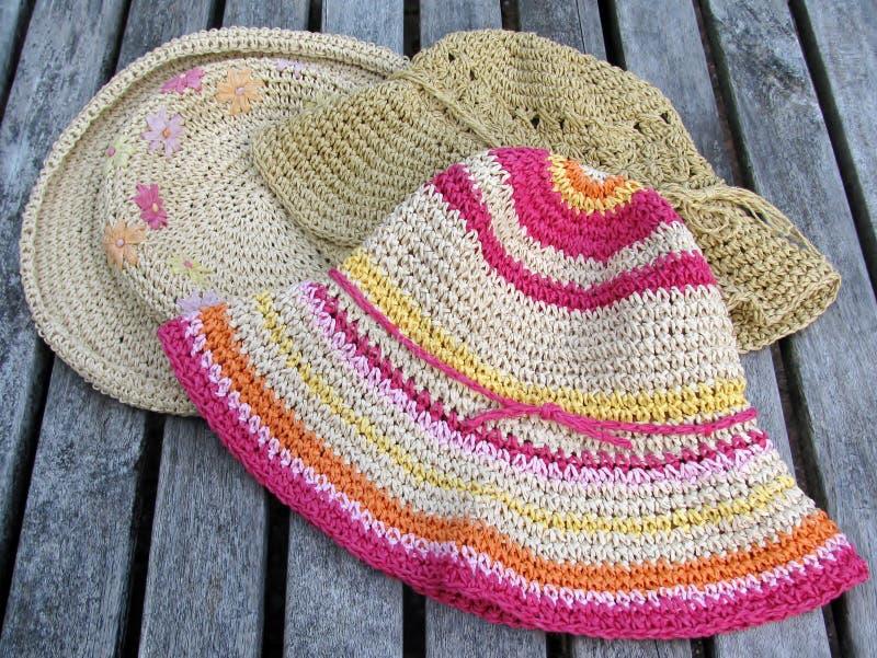 Cappelli delle ragazze su una tavola di patio fotografie stock libere da diritti