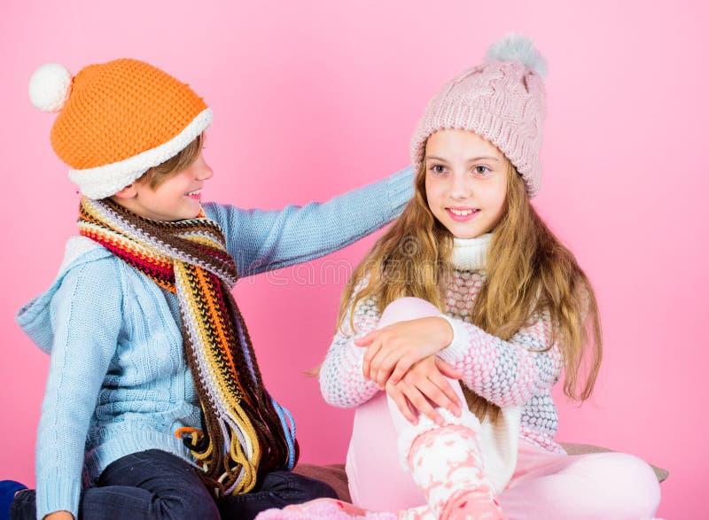 Cappelli di inverno tricottati usura del ragazzo e della ragazza Accessori e vestiti di modo di stagione invernale Natale allegro fotografie stock libere da diritti