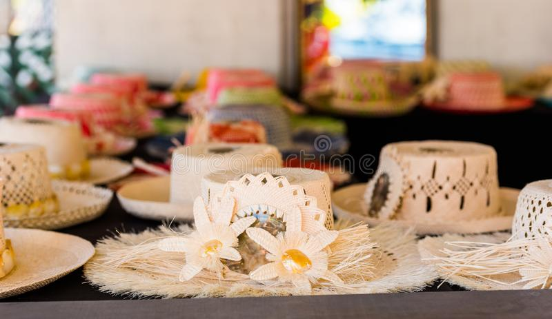 Cappelli di paglia da vendere in un negozio di ricordo tropicale in Aitutaki, cuoco Islands Con il fuoco selettivo fotografia stock libera da diritti