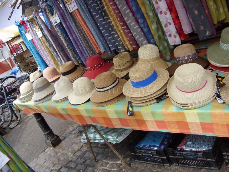 Cappelli di paglia delle signore & del mens sulla vendita sulla stalla del mercato immagine stock