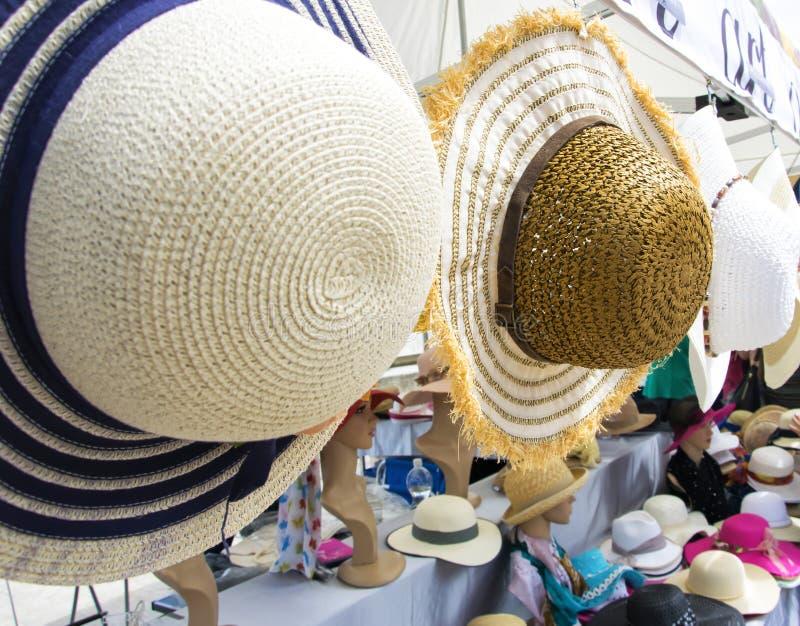 Cappelli di paglia femminili variopinti di estate immagine stock