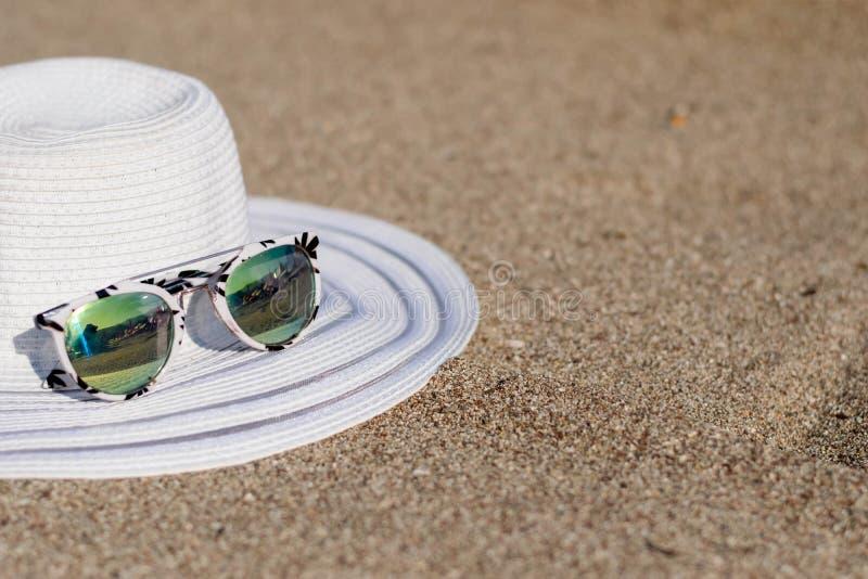 cappelli ed occhiali da sole fotografia stock libera da diritti