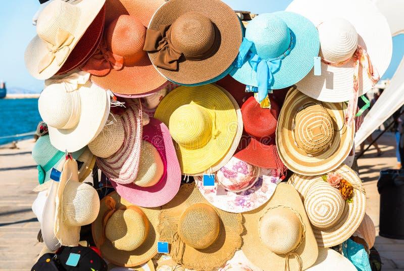 Cappelli femminili variopinti di estate da vendere fotografia stock libera da diritti