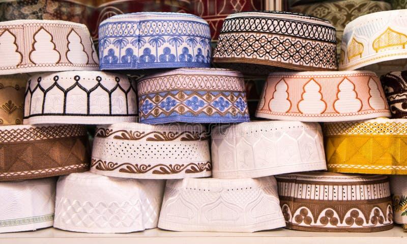 Cappelli musulmani allineati in un deposito immagini stock