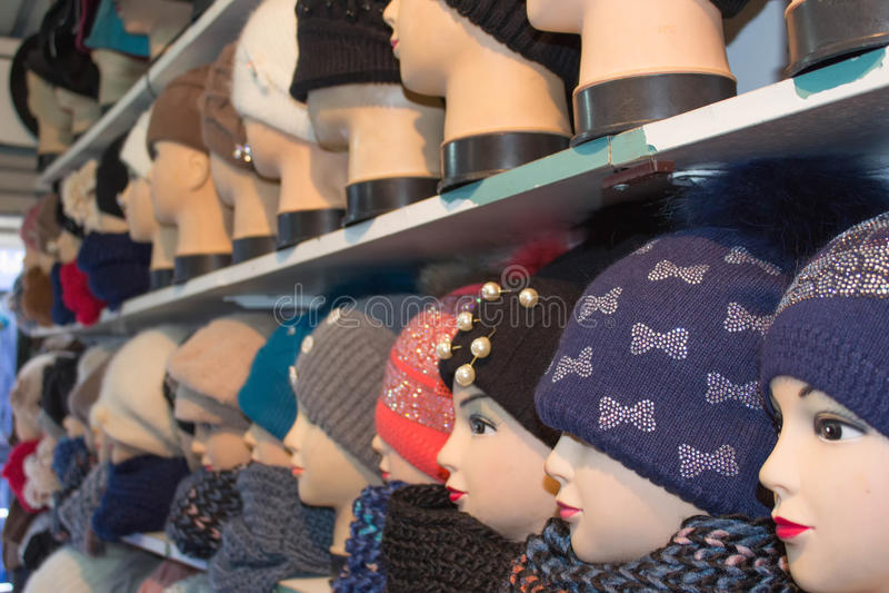Cappelli tricottati per il ` s delle donne Vario inverno femminile ha tricottato i cappelli sulle teste del manichino fotografie stock
