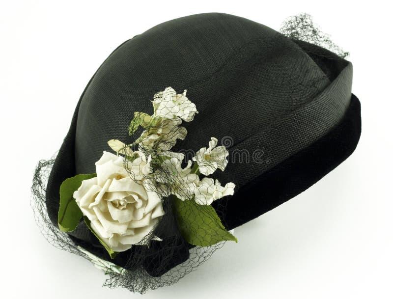 Cappello antico delle signore con i fiori su bianco immagini stock