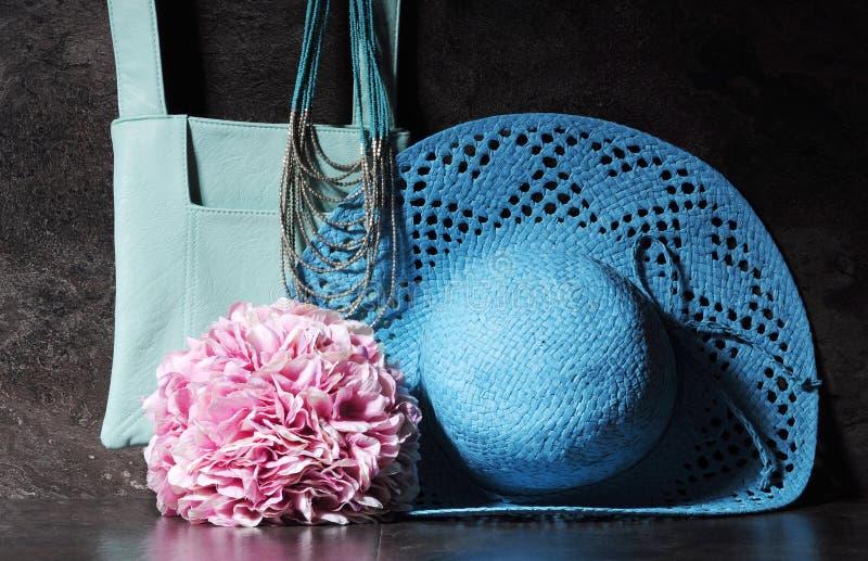 Cappello, borsa a tracolla e collana blu del sole dell'acqua d'annata delle signore immagine stock libera da diritti