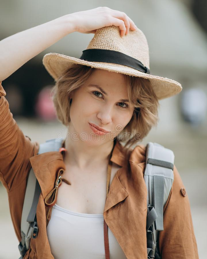 Cappello d'uso del viaggiatore felice della ragazza Ragazza pronta a vacation immagine stock libera da diritti