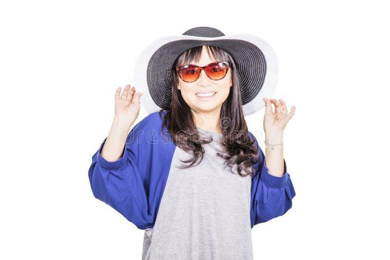 Cappello d'uso e sunglass della donna graziosa fotografia stock libera da diritti