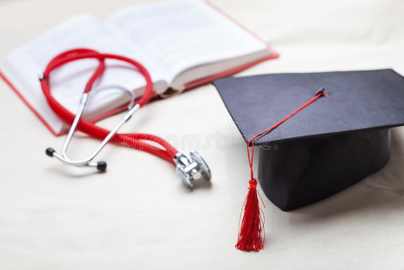 Cappello del laureato e dello stetoscopio immagini stock libere da diritti