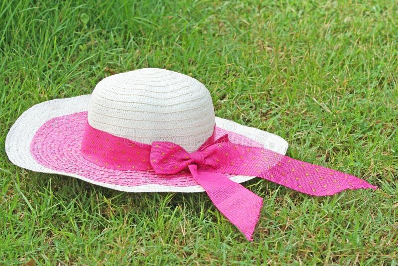Cappello della donna con l'arco rosa immagini stock