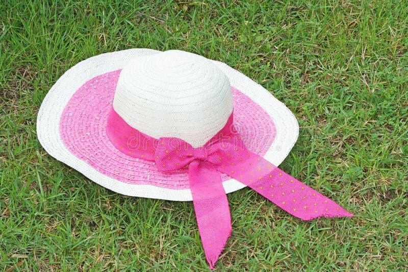 Cappello della donna con l'arco rosa fotografia stock libera da diritti