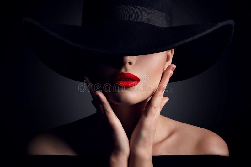 Cappello della donna e labbra, modello di moda elegante Retro Beauty Portrait nel nero immagini stock