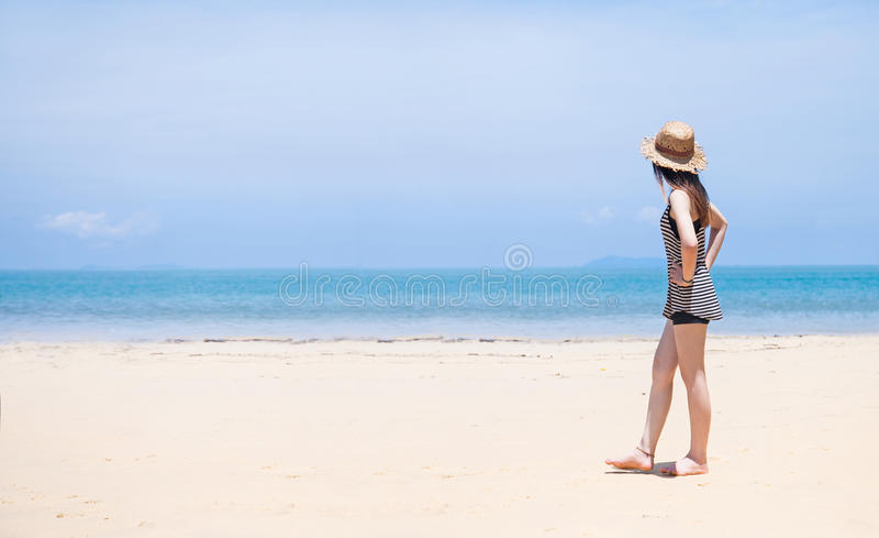 cappello della spiaggia e della donna sulla spiaggia tropicale fotografia stock