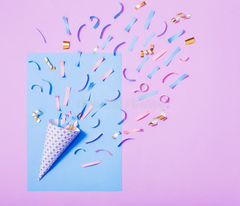Cappello di compleanno con i coriandoli su fondo di carta immagini stock