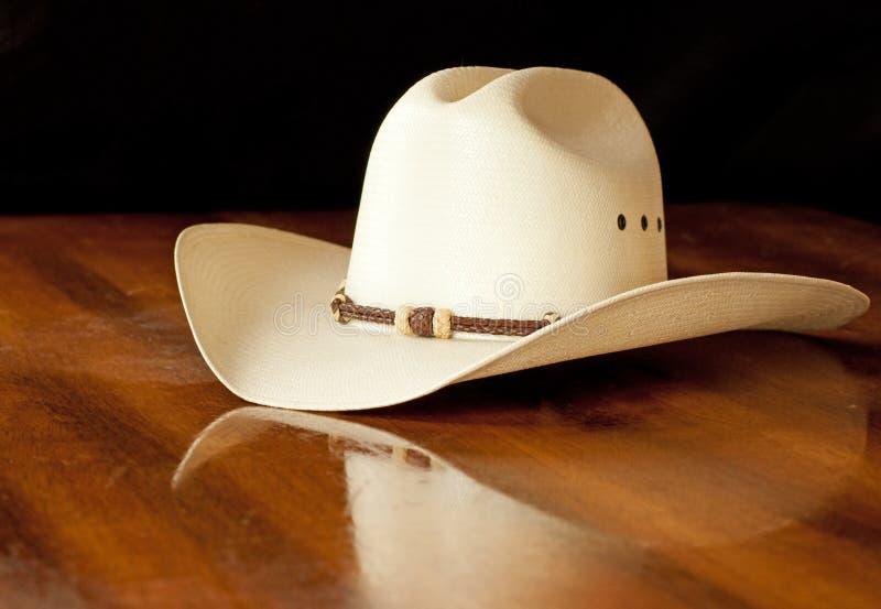 Cappello di cowboy bianco della paglia con un hatband immagine stock