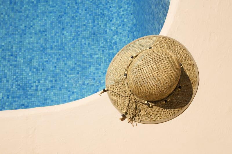 Cappello di estate al poolside fotografie stock