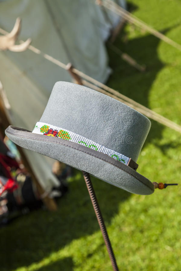 Cappello di feltro grigio molle con bordare del nativo americano immagini stock