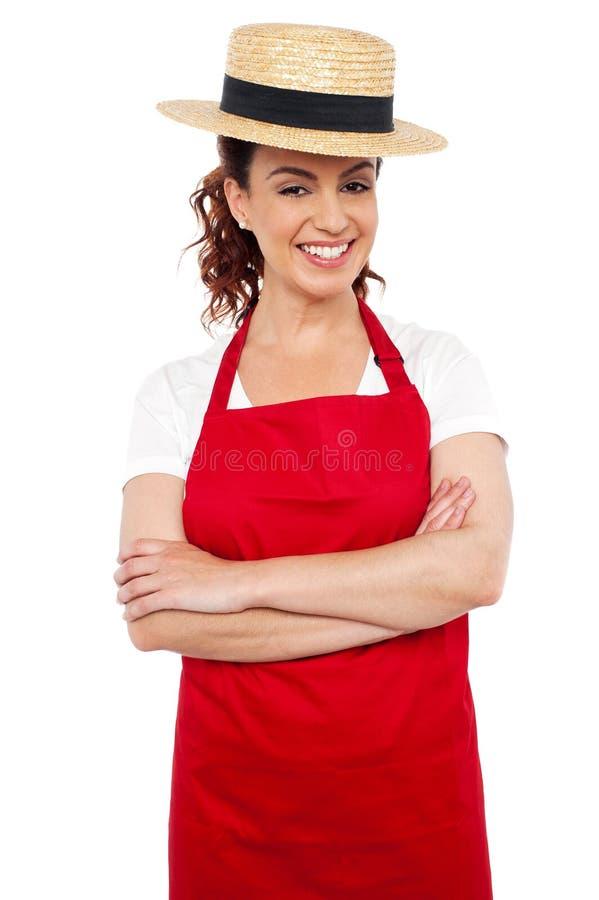 Cappello di giocatore di bocce da portare della paglia della giovane donna del panettiere fotografia stock libera da diritti