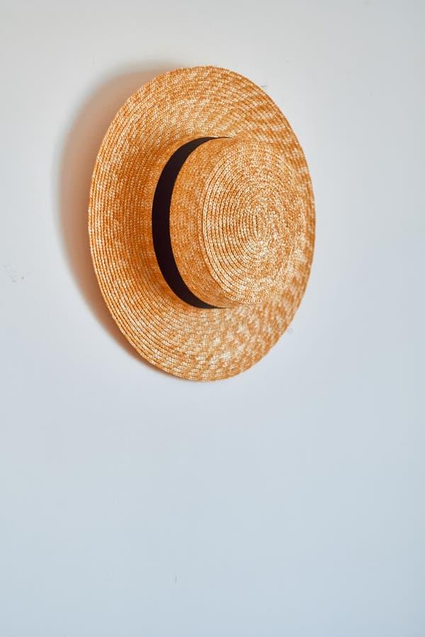 Cappello di paglia che appende sul gancio fotografia stock