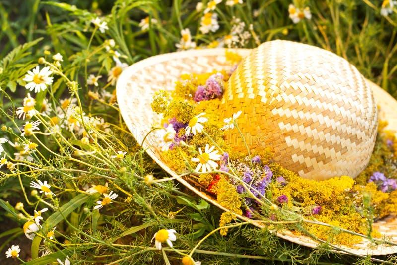 Cappello di paglia con i fiori immagine stock