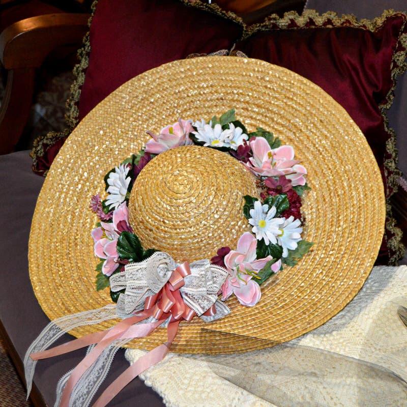 Cappello di paglia con i fiori fotografia stock