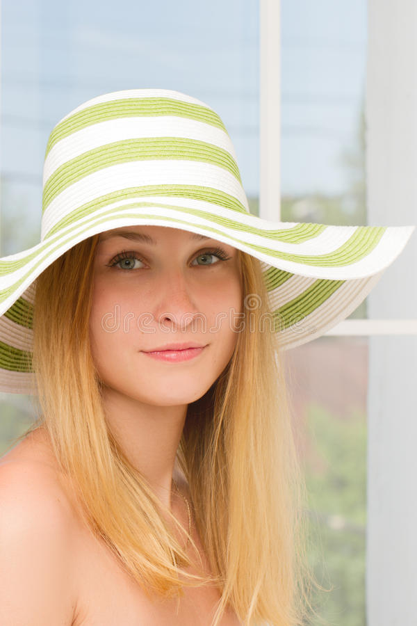 Cappello di paglia della donna in soleggiato immagine stock libera da diritti
