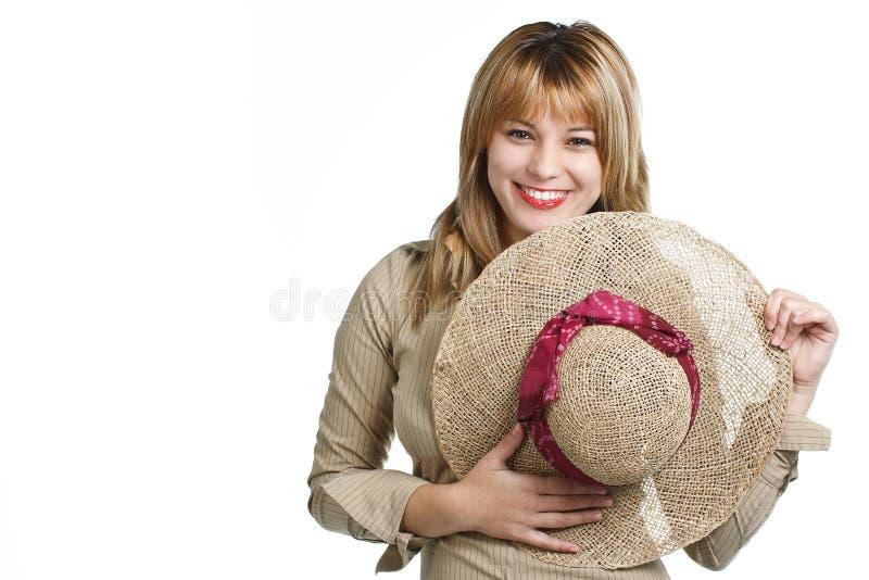 Cappello di paglia felice della holding della ragazza fotografia stock libera da diritti
