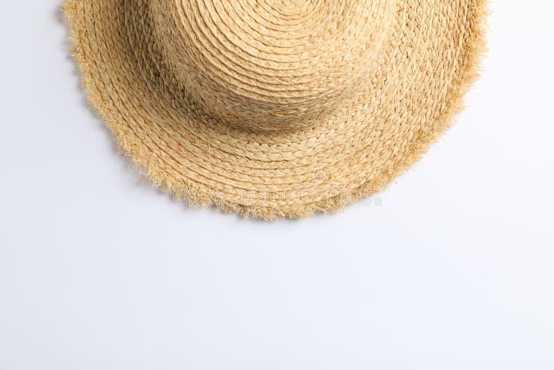 Cappello di paglia grazioso su fondo bianco Spazio per testo fotografia stock libera da diritti