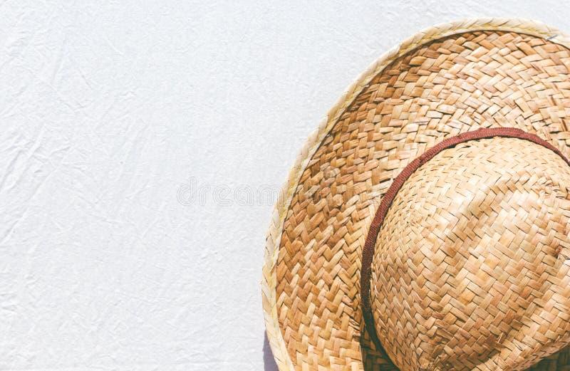 Cappello di paglia su fondo immagine stock