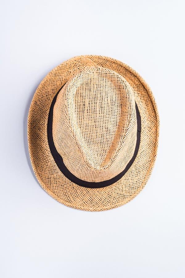 Cappello di paglia su fondo grigio neutrale immagini stock