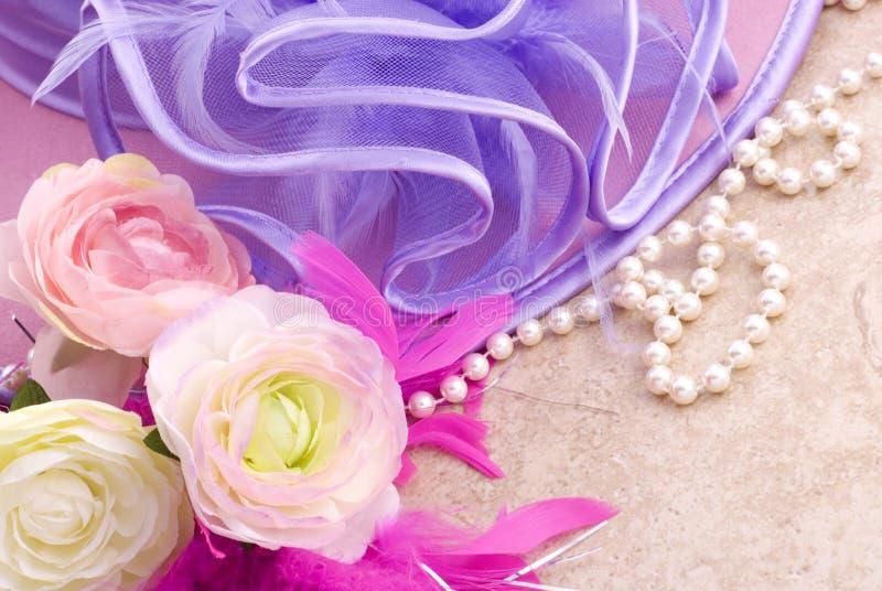 Cappello di Pasqua con i fiori fotografie stock libere da diritti