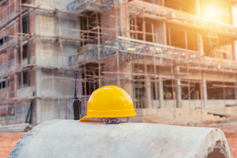 Cappello duro giallo del casco di sicurezza per il progetto di sicurezza dell'operaio come e immagine stock