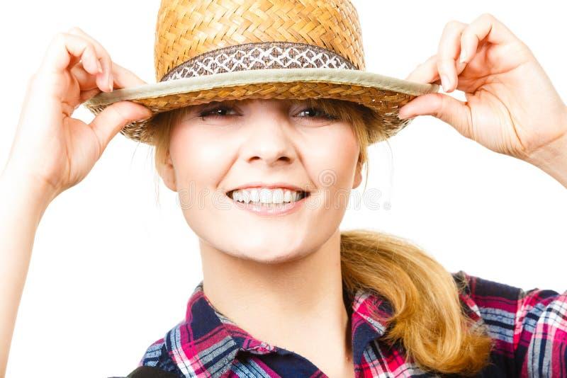 Cappello e camicia d'uso sorridenti del sole della donna di Portait fotografia stock
