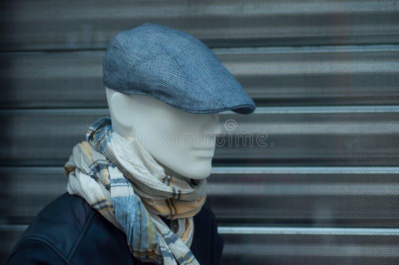 cappello e giacca blu blu sul manichino nella sala d'esposizione del deposito di modo per gli uomini immagine stock libera da diritti