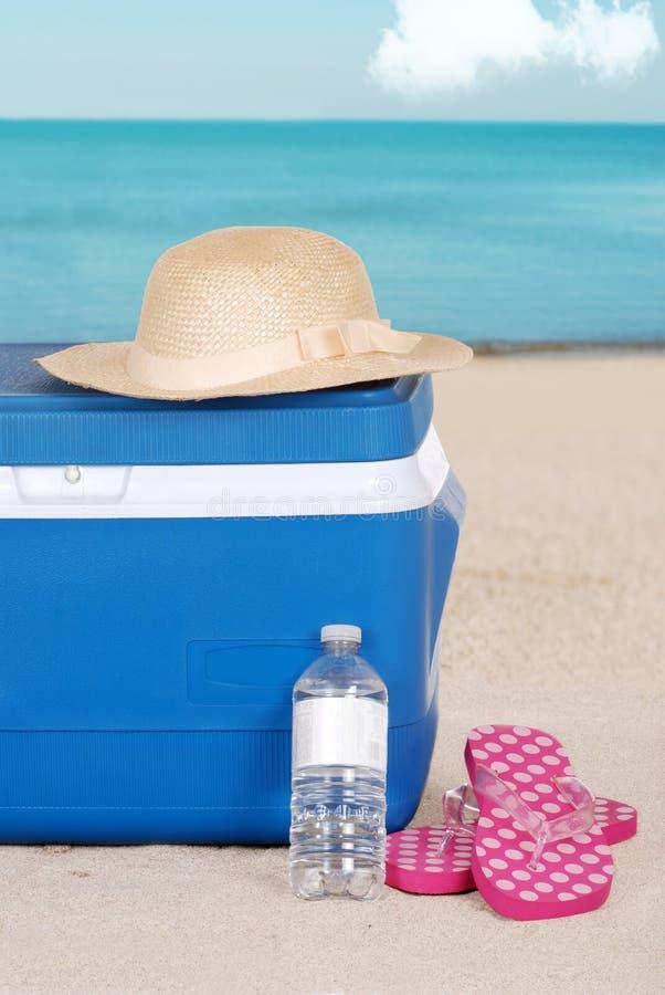 Cappello e sandali più freddi della donna sulla spiaggia fotografia stock libera da diritti