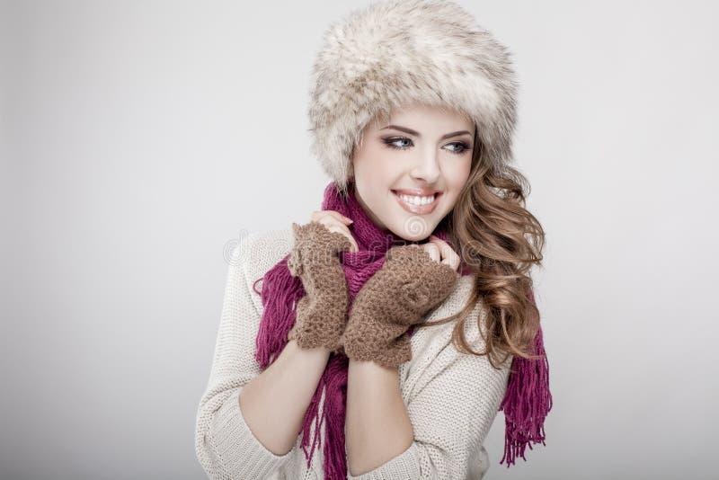 Cappello e sciarpa di pelliccia d'uso della giovane bella donna fotografie stock libere da diritti