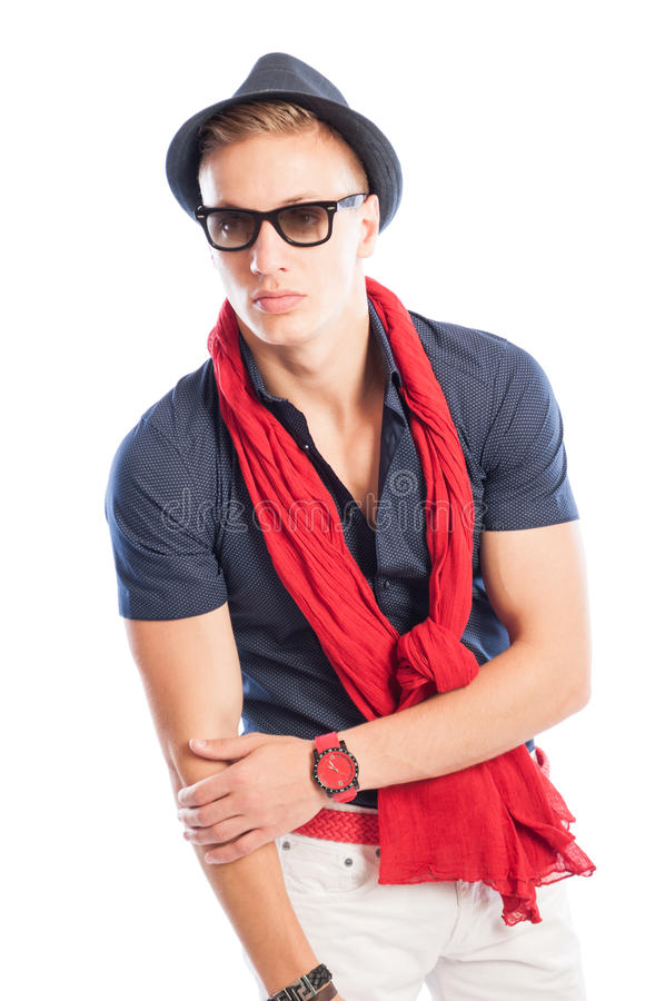 Cappello ed occhiali da sole con la camicia blu e sciarpa ed orologio rossi fotografie stock libere da diritti