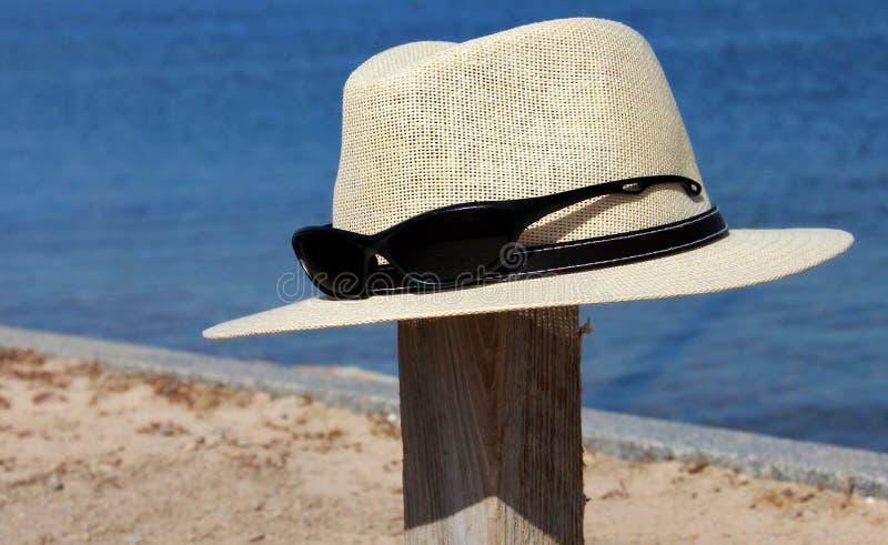 Cappello ed occhiali da sole fotografia stock