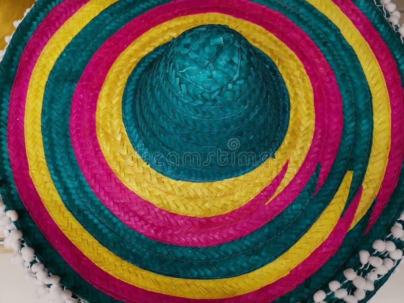Cappello messicano dai cerchi variopinti della paglia fotografie stock
