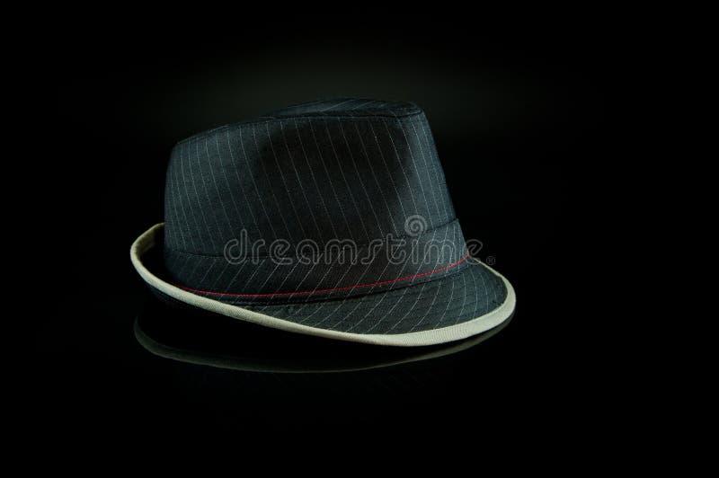 Cappello nero sul nero fotografia stock libera da diritti