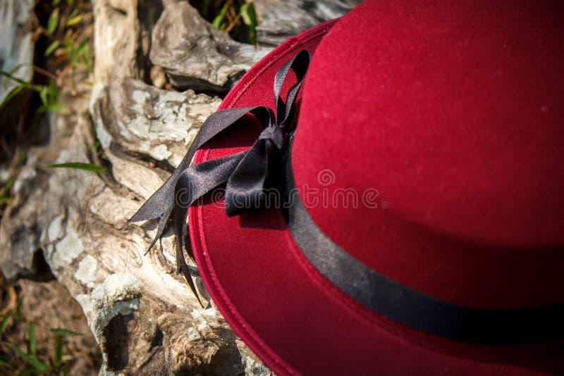 Cappello rosso ed arco nero del nastro immagini stock