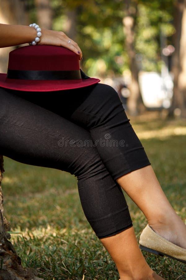 Cappello rosso sulla gamba fotografia stock