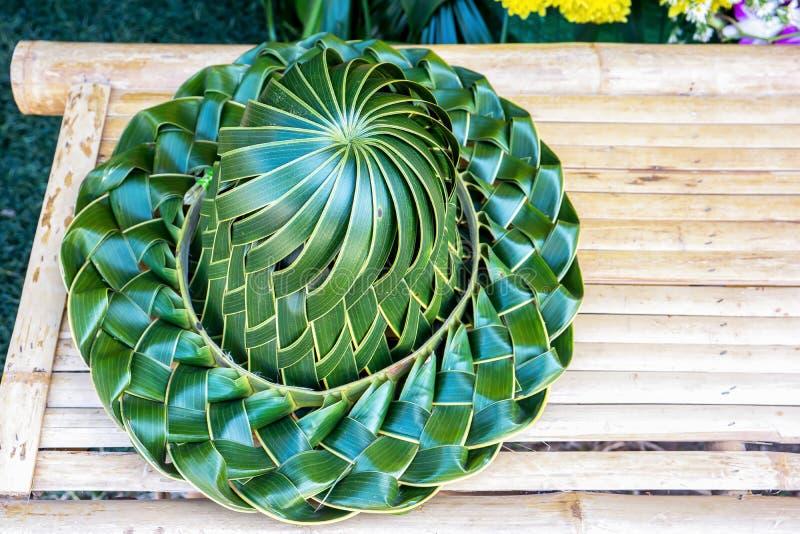 Cappello tessuto fatto a mano, pieghettato dalle foglie del cocco su un bambo fotografia stock libera da diritti